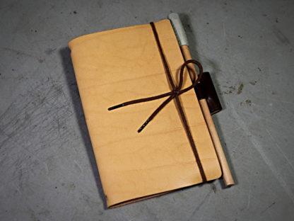 Apprendre à fabriquer un carnet en cuir avec un porte crayon type journal de voyage ou journal intime